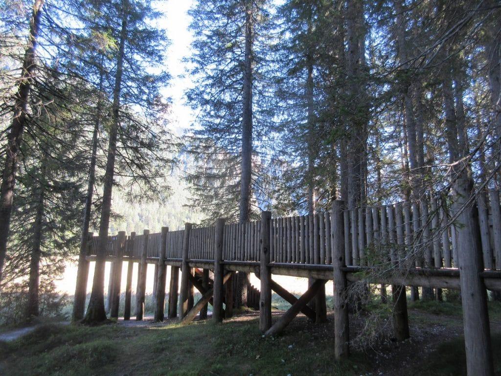 Ein Steg am Toblacher See bietet sich ebenfalls zum Wandern an