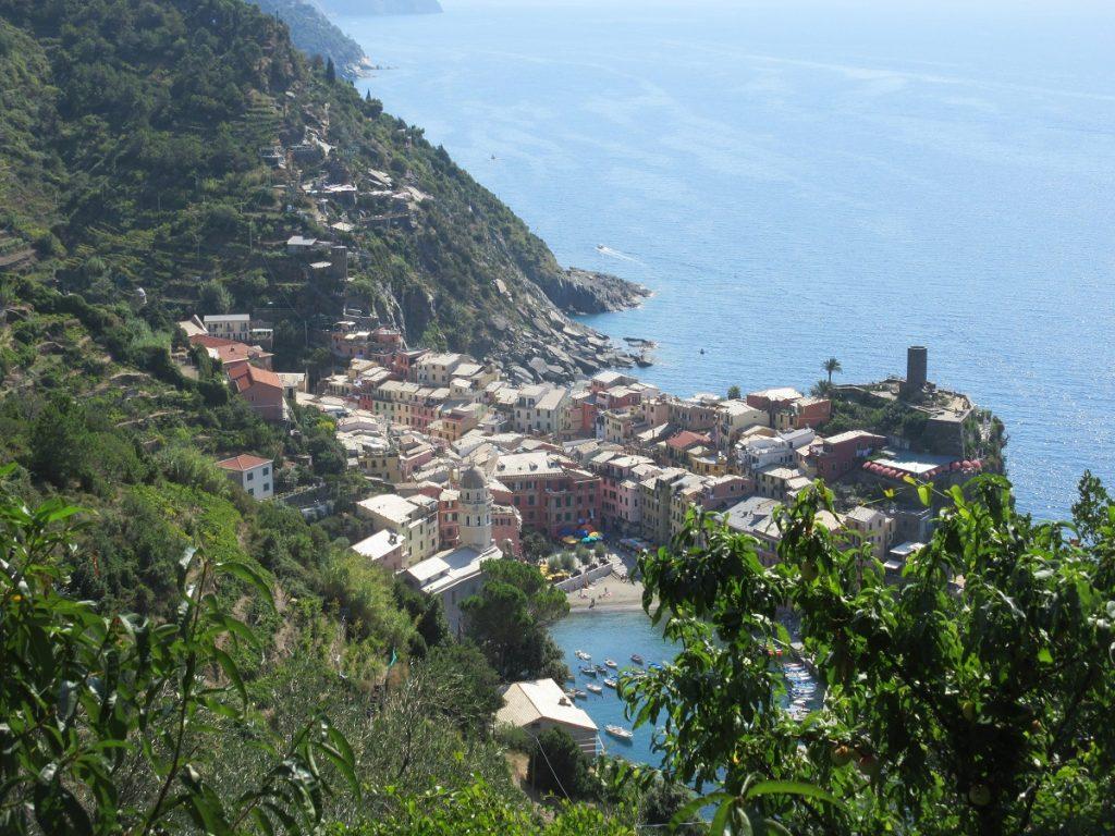 Durch die Cinque Terre wandern: Ausblick auf Vernazza!