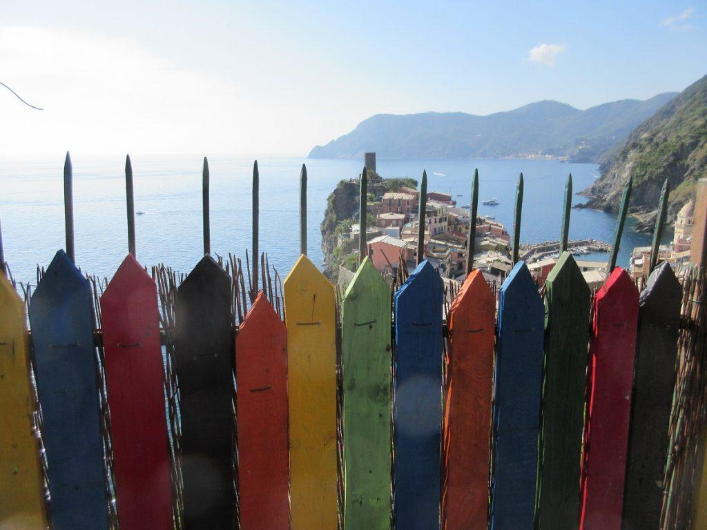 Durch die Cinque Terre wandern bietet immer wieder tolle Aussichten auf das Land und das Meer!