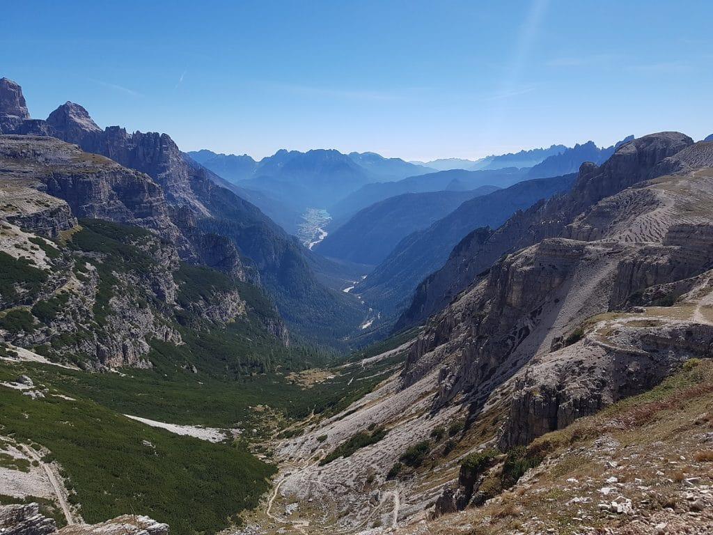 Unglaubliche Aussichten in die Welt der Dolomiten schon beim Start der Drei Zinnen Rundwanderung