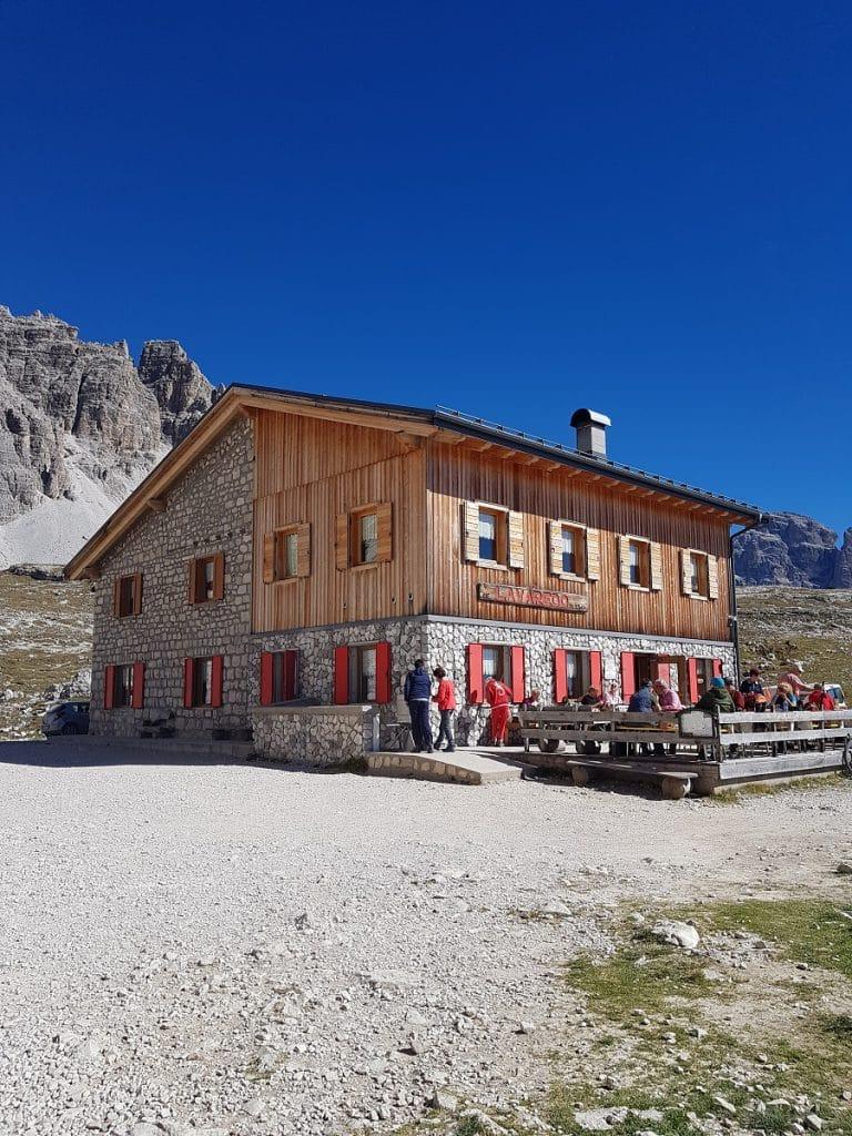 Eine Rast vom Wandern bietet sich im Rifugio Lavaredo an!