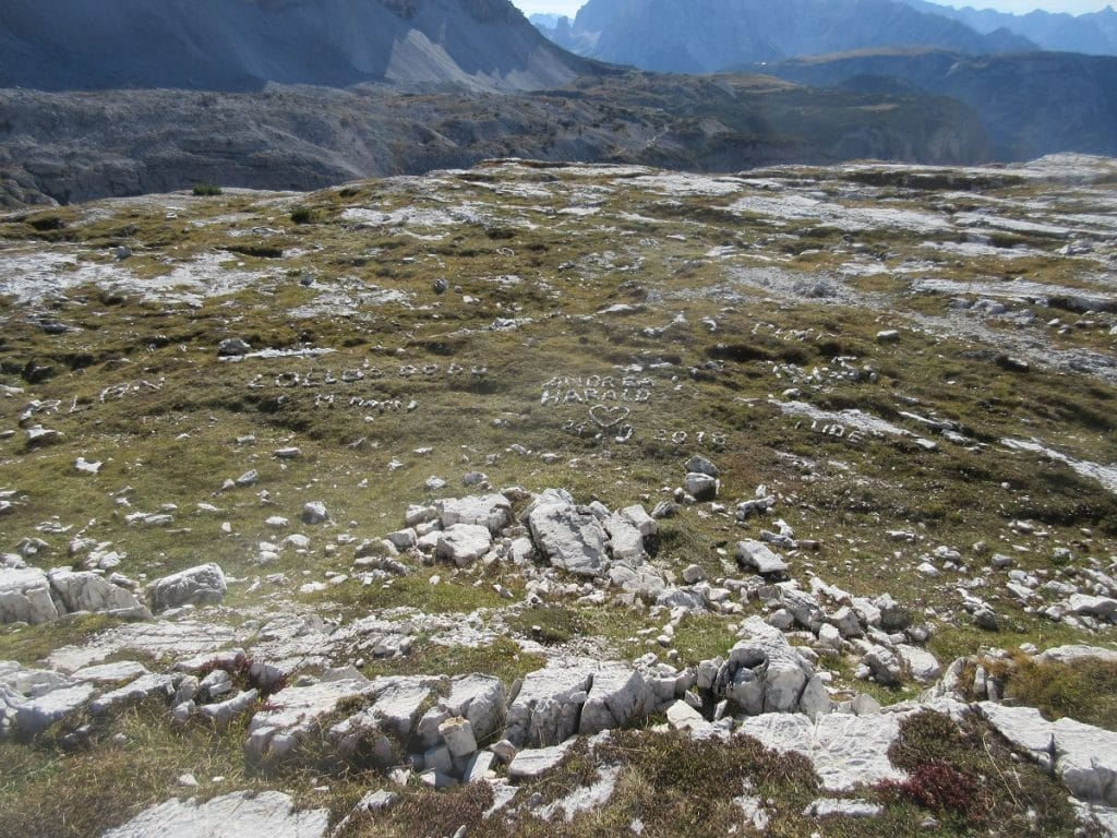 Hier haben sich schon einige Touristen und Wanderer abseits der Drei Zinnen mit Steinen namentlich verewigt