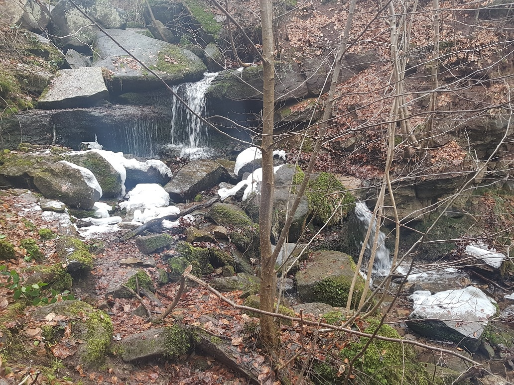 Ein leichter Hauch von Schnee liegt noch an den Heslacher Wasserfällen!