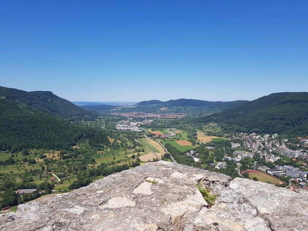 Geht ihr auf der Burgruine Hohenurach wandern, könnt ihr von hoch oben auf Dettingen blicken!
