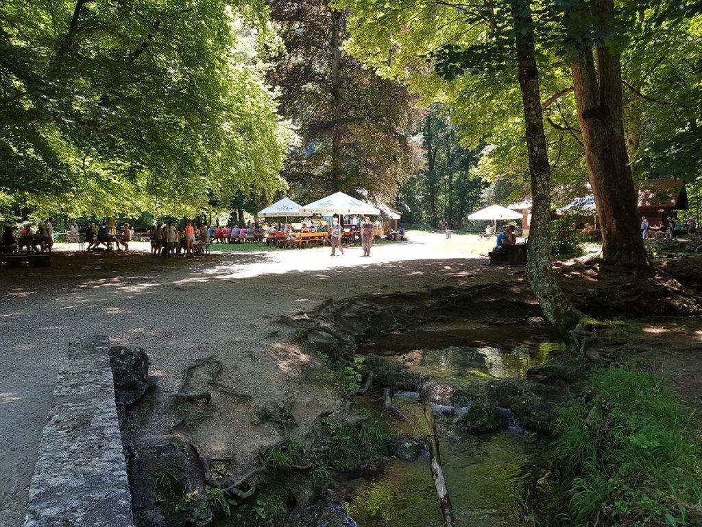 An der Wasserfallhütte Bad Urach lassen sich kleine Snacks und Getränke käuflich erwerben. Viele nutzen auch die angrenzenden Grillplätze!