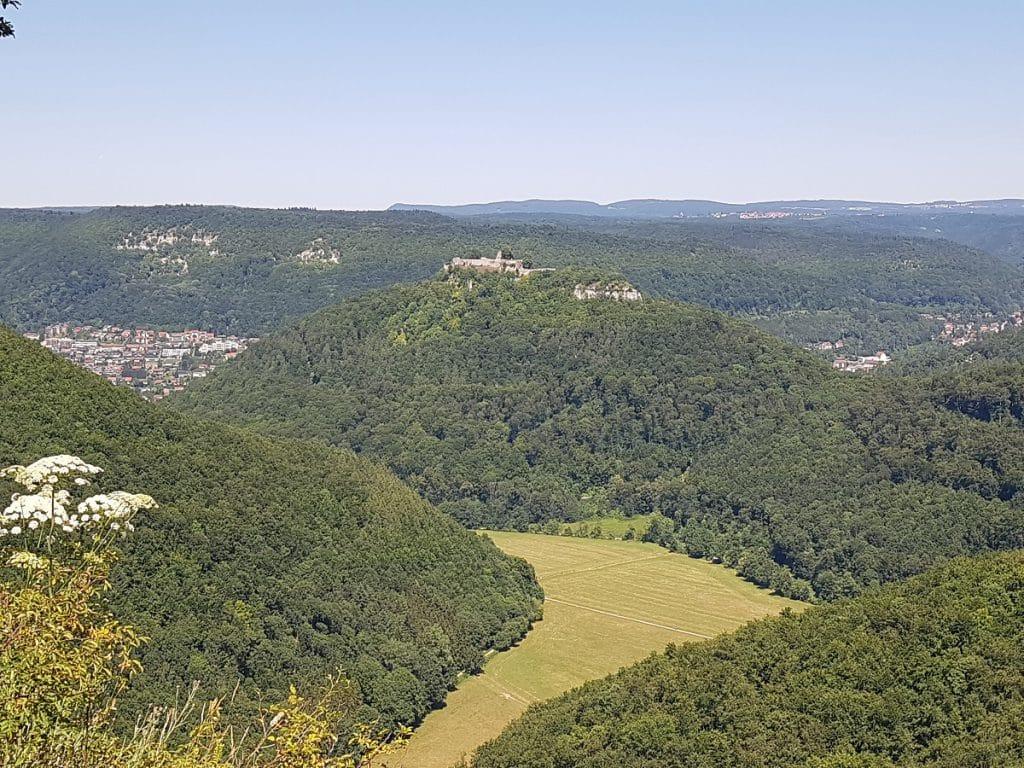 Vom Rutschenfelsen aus lassen wir in Bad Urach den Blick zurück auf die Burgruine Hohenurach schweifen!