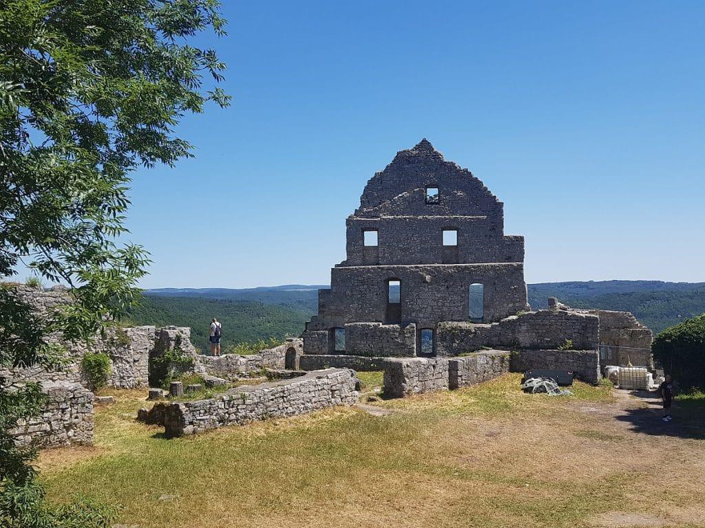 Stolz thronen die Überreste der Burgruine Hohenurach in der prallen Frühlingssonne!