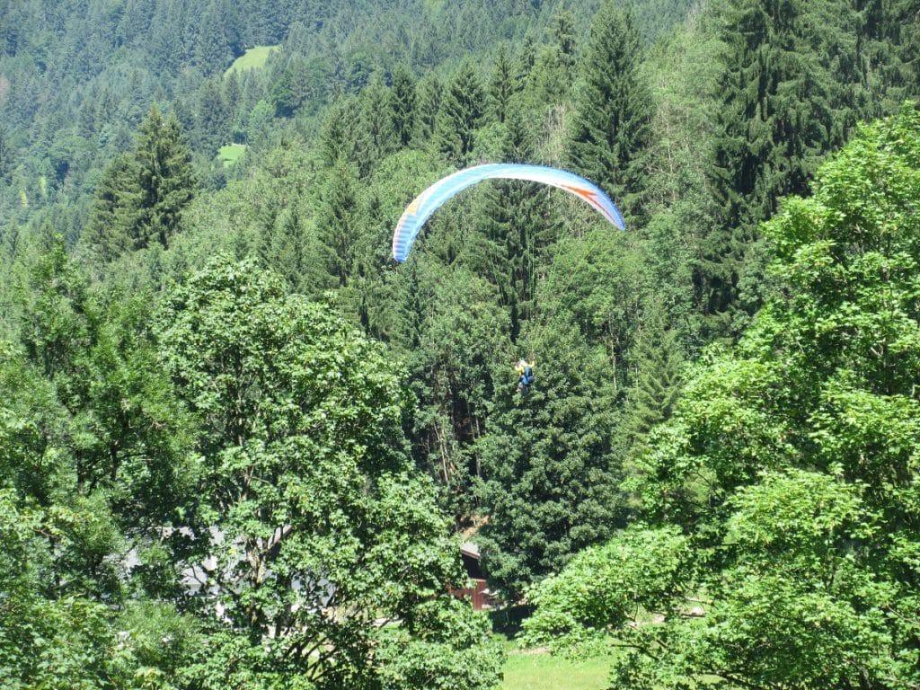 Da fliegt er dahin, der Gleitschirmflieger in Oberstdorf!