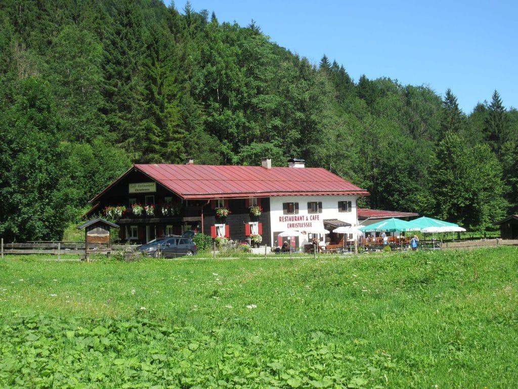 Das Cafe und Restaurant Christlessee lädt zu einer Pause auf der Wanderung nach Spielmannsau ein!
