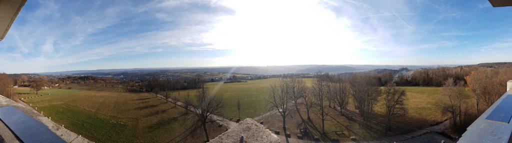 Von Untertürkheim nach Esslingen wandern und tolle Aussichten auf der Aussichtsplattform Katharinenlinde genießen!