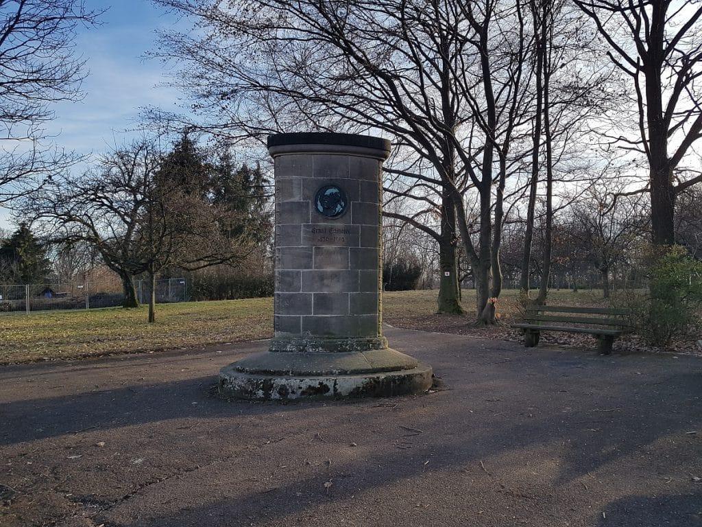 Ein kleines Denkmal bekommen wir auch noch zu sehen, mitten in der Schrebergartensiedlung bei Esslingen!