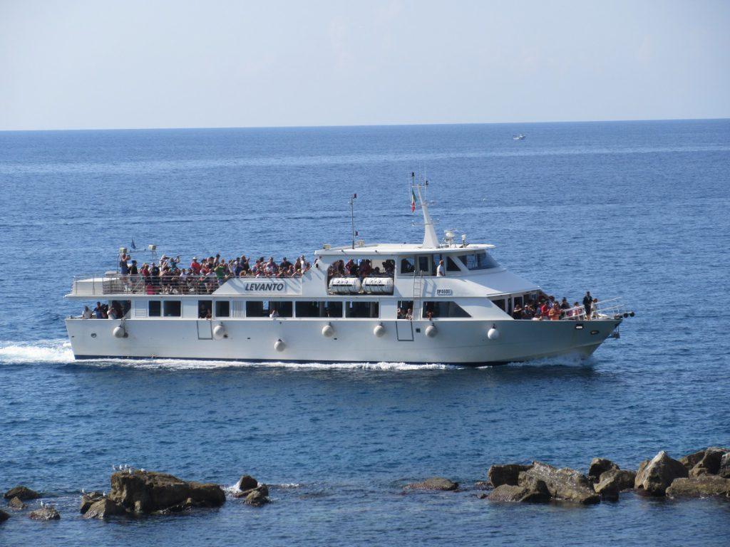 Zahlreiche Bootstouristen schauen sich den ligurischen Küstenstreifen vom Wasser aus an.