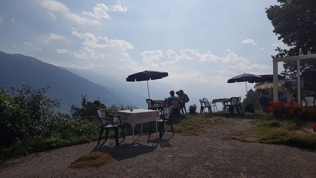 Dem Himmel so nah: wer nach Partschins wandern geht, sollte am Gasthaus Gasteiger in Vellau Rast machen!