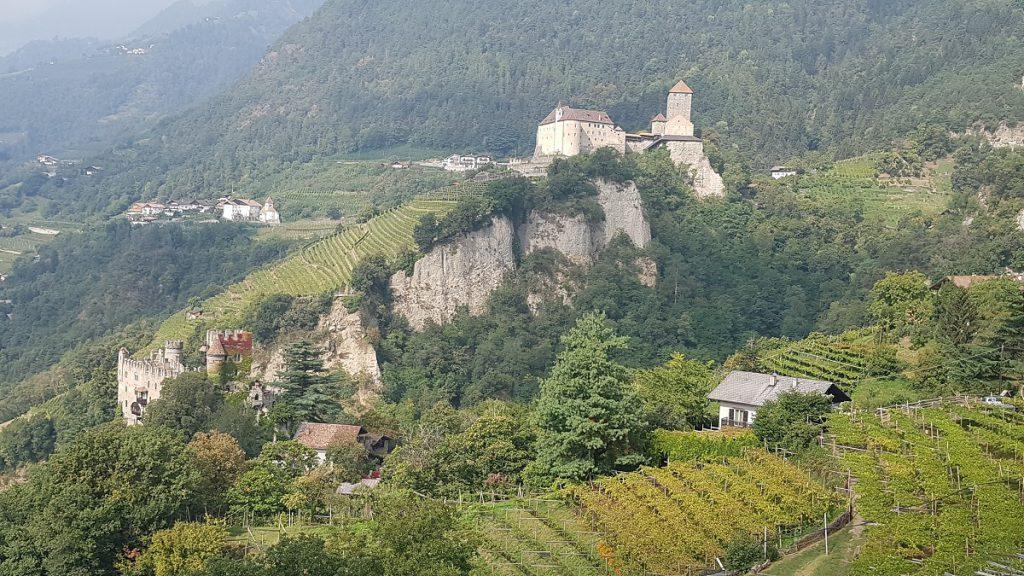 Das Schloss Tirol sehen wir schon aus der Entfernung, wenn wir nach Partschins wandern!