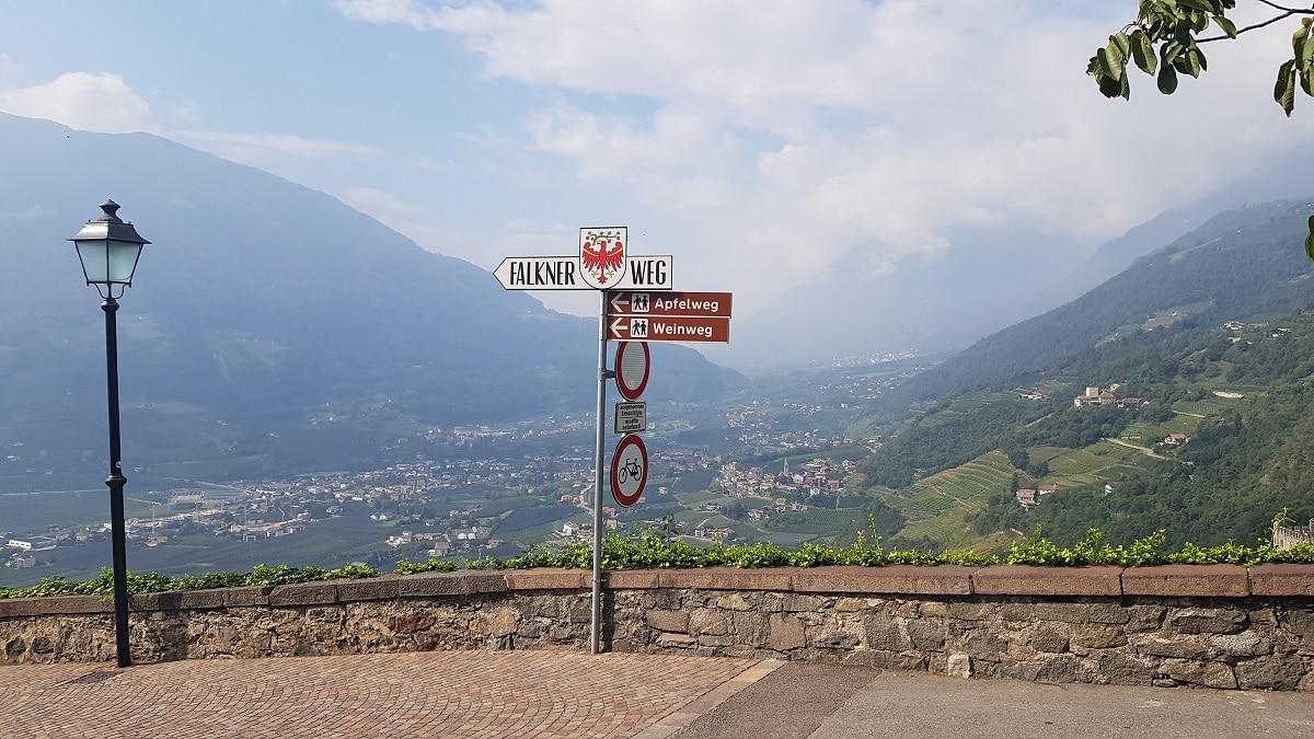 Wir werden nach Partschins wandern und geniessen am Startpunkt Dorf Tirol die tolle Aussicht ins Meraner Land!