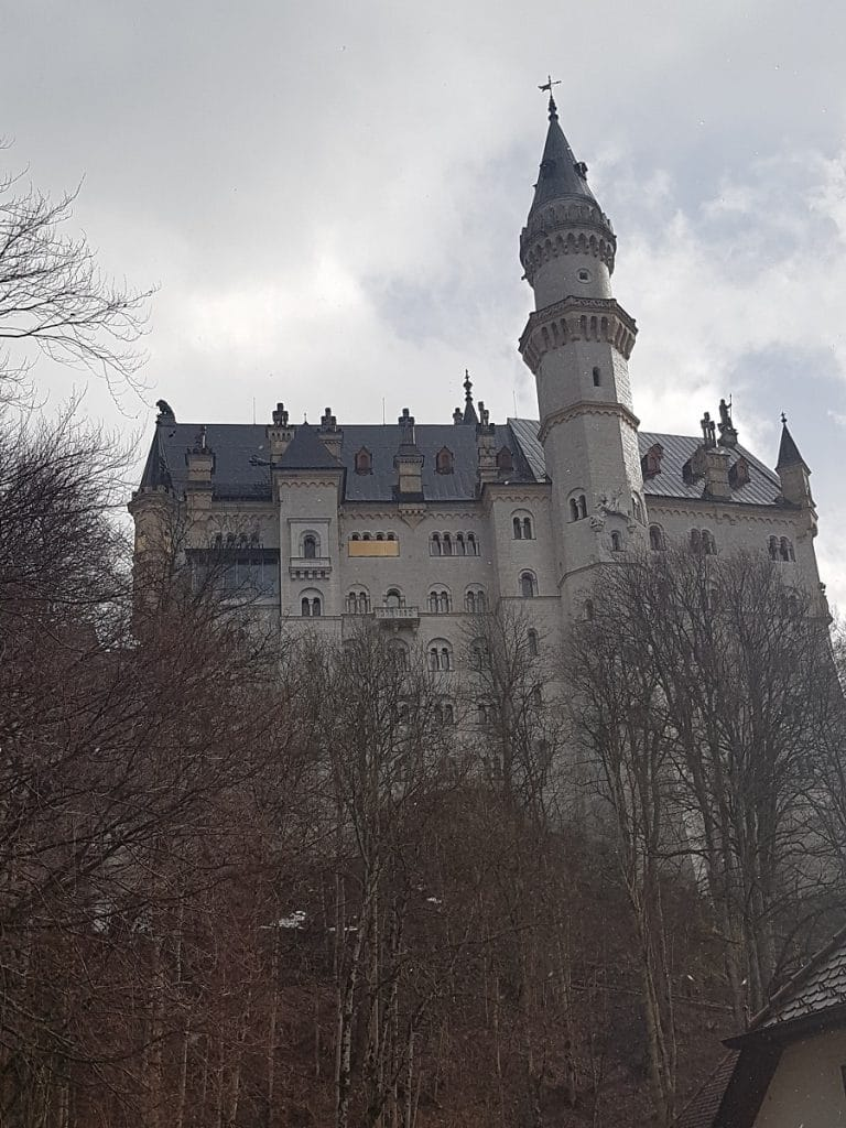Ca. 1,5 Stunden zu Fuß von Füssen entfernt ist es: das Schloß Neuschwanstein. Deutschlands meist besuchte Sehenswürdigkeit!
