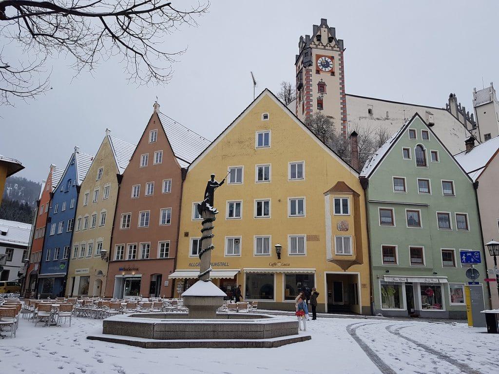 Die sehenswerte kleine Innenstadt Füssens am frühen Morgen!