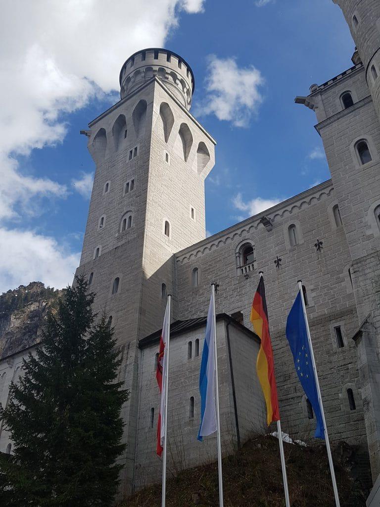 Einer der vielen Türme vom Schloss Neuschwanstein. Das Hinauf-Wandern könnt ihr euch übrigens dank der Gästekarte ersparen, und kostenlos den Bus nutzen!