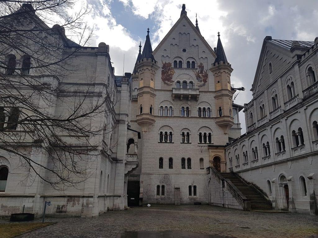 Dies ist der Innenhof vom Schloss Neuschwanstein. Hier ist ein wenig Wartezeit angesagt, solltet ihr das Schloss besuchen wollen!