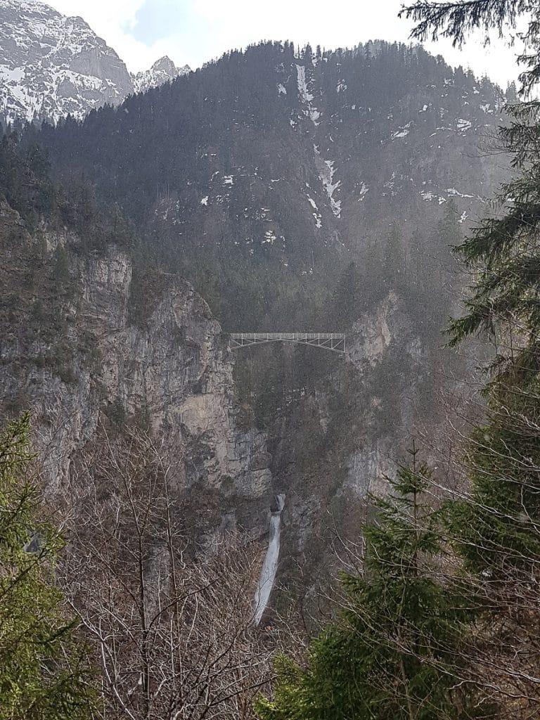 Von der Marienbrücke aus lassen sich fantastische Bilder vom Schloss Neuschwanstein schießen. Der Wasserfall darunter ist ein Highlight der Pöllatschlucht!
