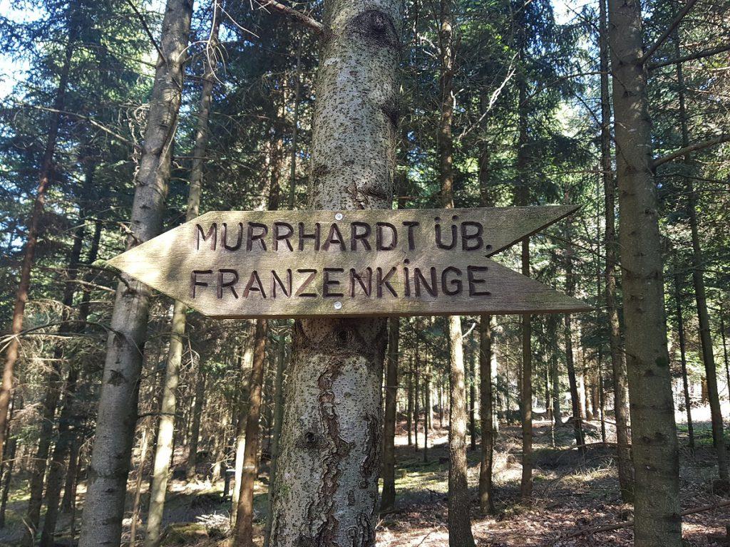 Über die Franzenkinge wandern wir bergab weiter Richtung Murrhardt!