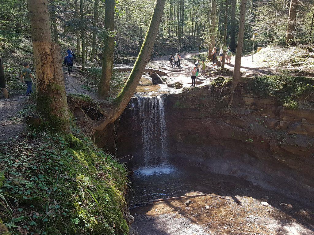 Hier seht ihr die Wasserfälle Hörschbachtal mitsamt Brücke über den Hörschbach!