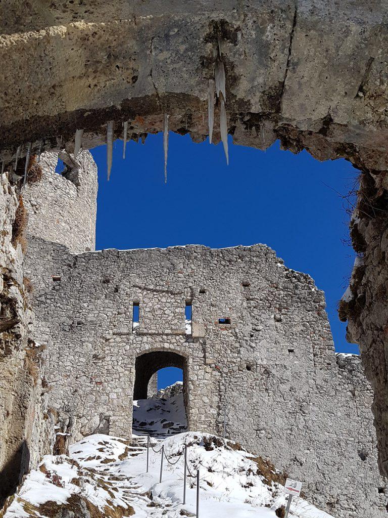 Wenn sich jetzt ein Eiszapfen lösen sollte, dann... Der Aufstieg auf die Burg Ehrenberg ist ein wenig mühevoll und absolut lohnenswert!