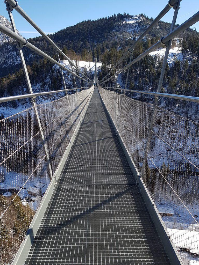 Von der Burgruine geht es einmal über die tolle Hängebrücke Highline 187 in luftiger Höhe entlang!