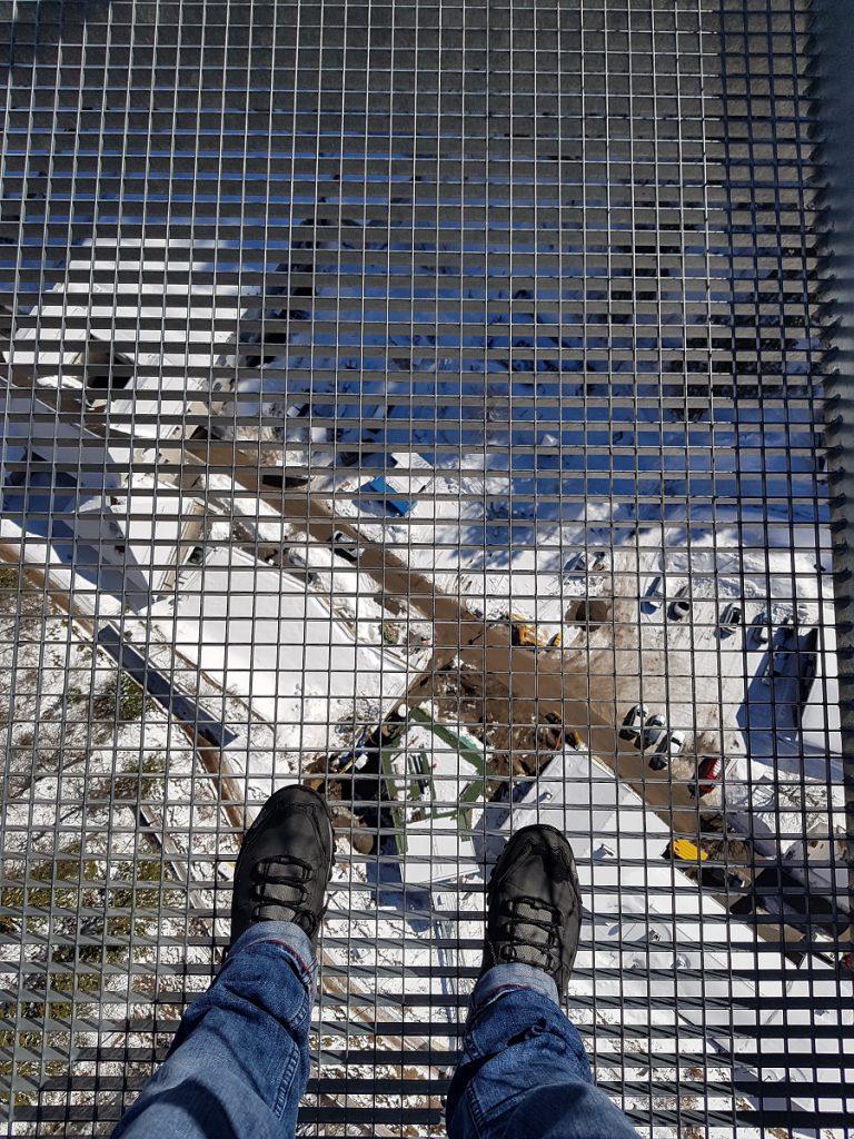 Schwindelfrei? Dann lohnt sich beim Wandern in Reutte auf der Hängebrücke Highline 179 ein Blick hinab!