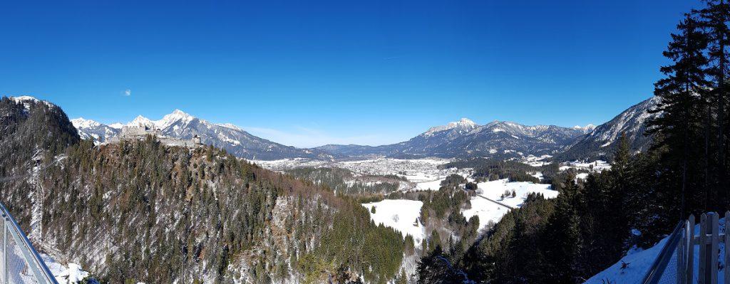Für solche Aussichten geht man doch wandern: ein Panoramabild auf Reutte in Tirol!