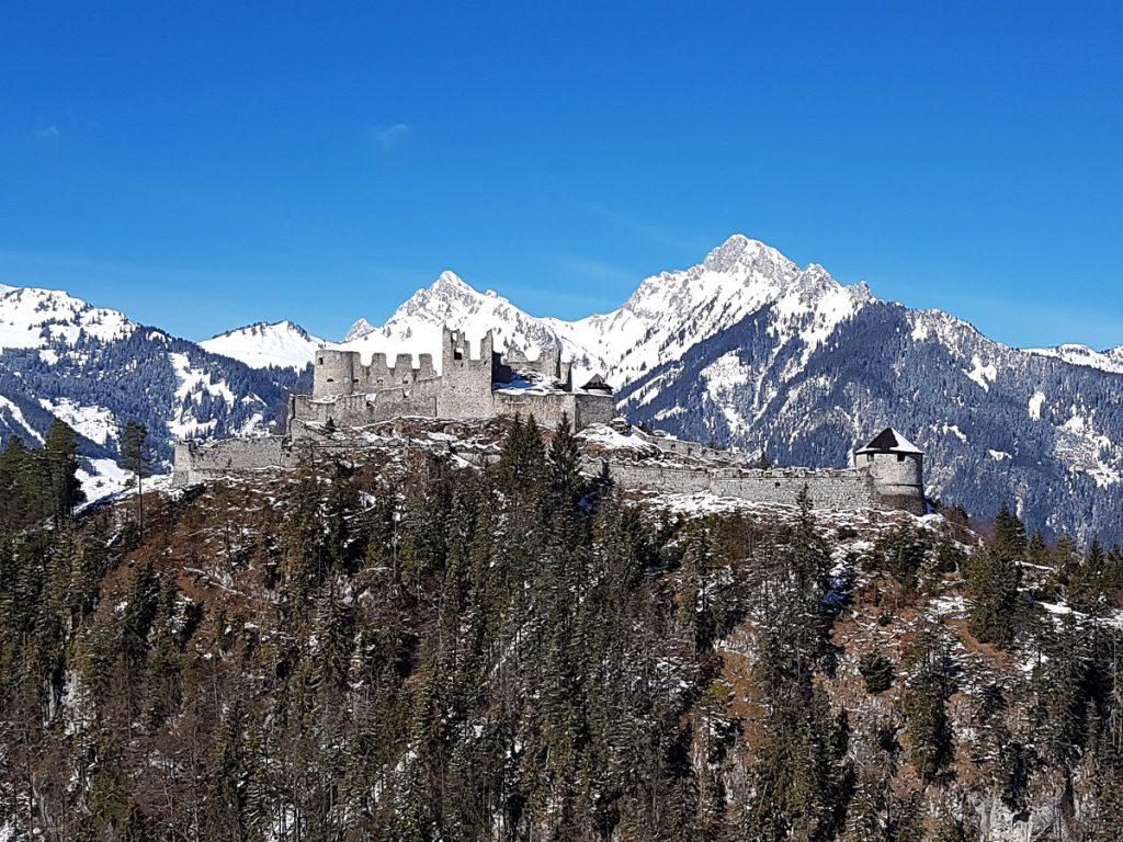 Die Burg Ehrenberg lädt übrigens einmal im Jahr zu überregional bekannten Ritterspielen ein!