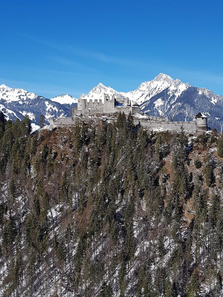 Wunderschön gelegen in der Tiroler Alpenwelt: die Burgruine Ehrenberg lädt in luftiger Höhe zum Erwandern ein!