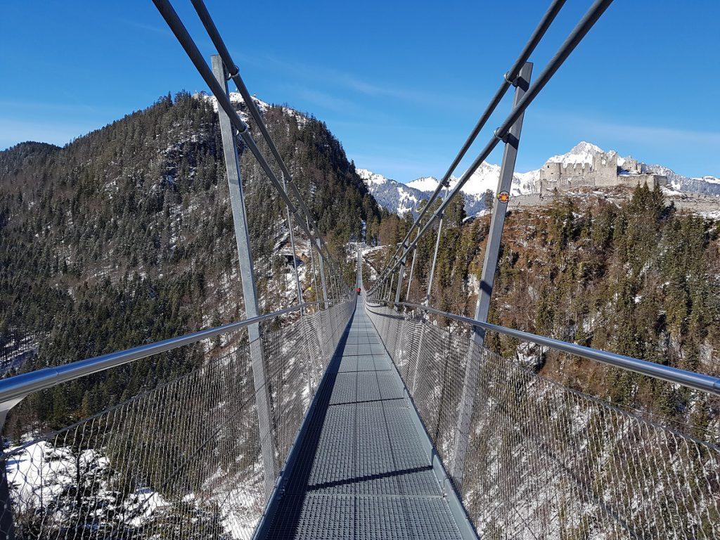 Wer in Füssen wandern möchte, kann auch kostenlos mit der Gästekarte nach Reutte in Tirol fahren. Hier lockt die Burg Ehrenberg mit dem Instagram Hotspot, der Hängebrücke Highline 179! Ein fantastischer Tagesausflug!