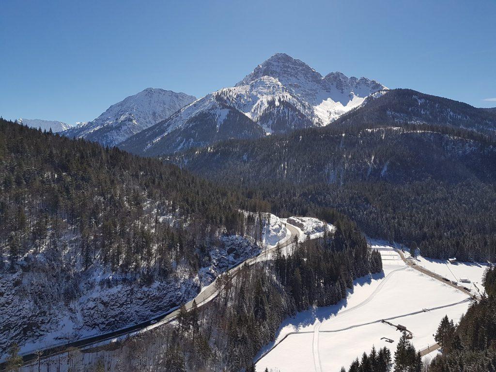 Blauer Himmel, grüne Bäume, schneebedeckte Berggipfel: in Reutte wandern kann im Winter wahrhaftig zauberhaft sein!