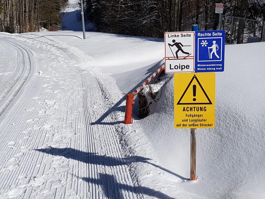 Links Skilanglaufen, rechts wandern. So läuft das hier im Winter in Reutte!