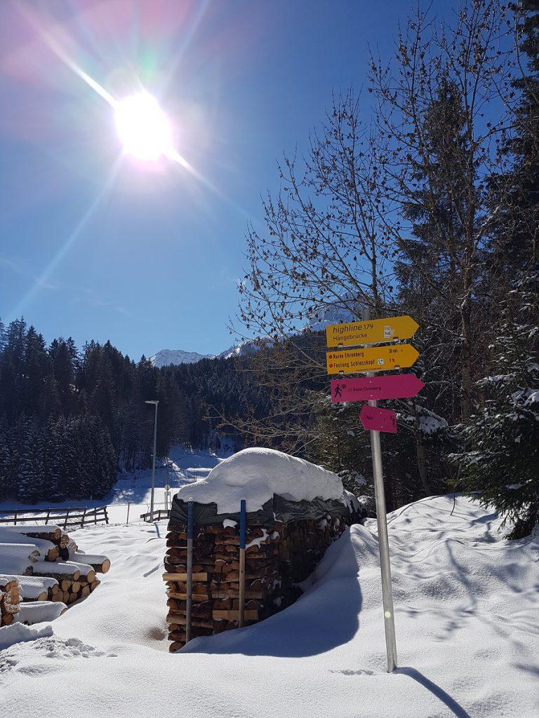 Winterwanderwege in Reutte sind pink markiert; reguläre Wanderwege im gängigen Gelb!
