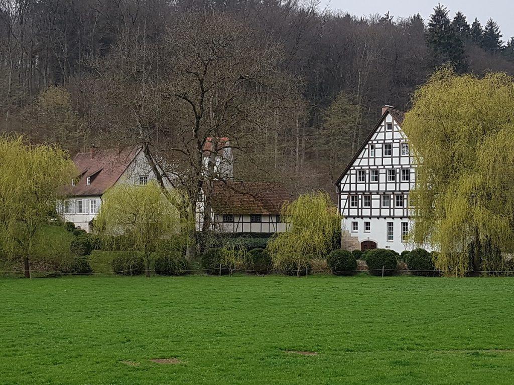 Vom Wanderweg aus sehen wir die Schlechtenmühle, einem Bio-Hof im Siebenmühlental!