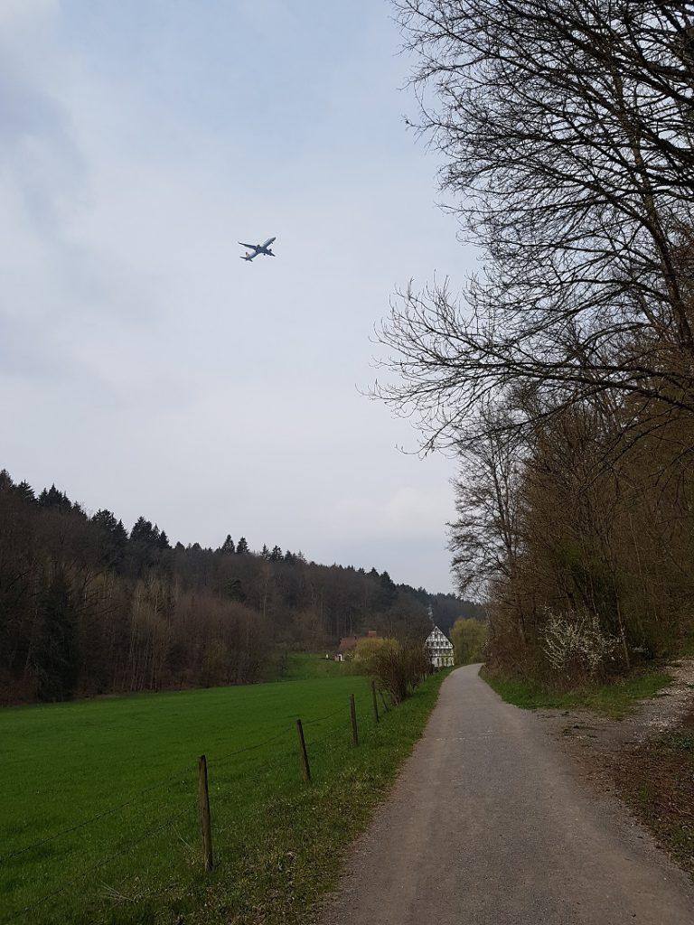Unübersehbar bei einer Wanderung im Siebenmühlental ist die Nähe zum Flughafen Stuttgart!
