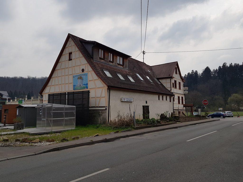 Die Burkhardtsmühle im Siebenmühlental ist direkt an der Straße gelegen. Gegenüber gibt es noch einen Biergarten.