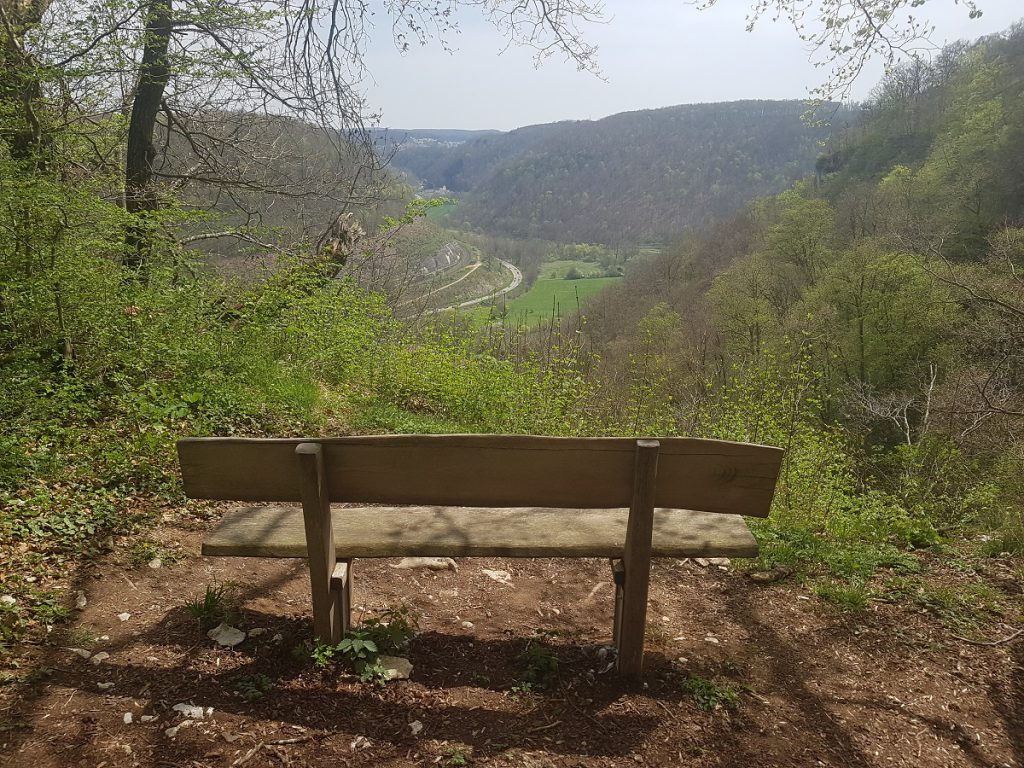 Einige Bänke laden zum pausieren ein. Wer den Filstalgucker wandern geht, erhält immer wieder schöne Ausblicke ins Tal.