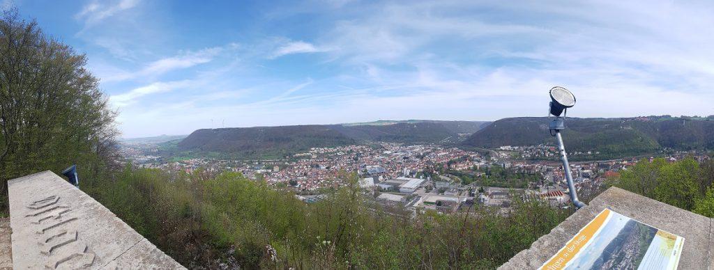 Wir starten unsere Rundwanderung vom Löwenpfad Filstalgucker an dem Ostlandkreuz mit herrlicher Aussicht!