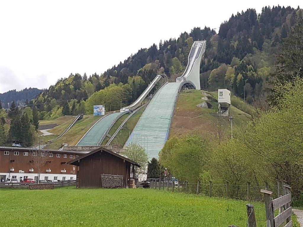 Hoch hinauf oder tief bergab: alles eine Ansichtssache. Imposant sind sie aber schon, die Skisprungschanzen in Garmisch Partenkirchen!