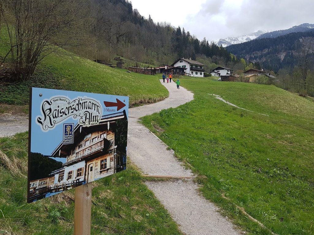 Die Kaiserschmarrn-Alm Garmisch bietet eine gute Einkehrmöglichkeit mit Aussicht auf die umliegende Bergwelt!