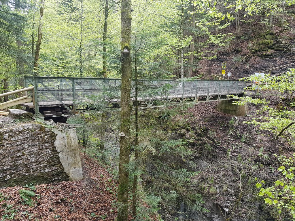 Über die Eiserne Brücke lässt es sich ca. 68m oberhalt der Partnachklamm wandern!