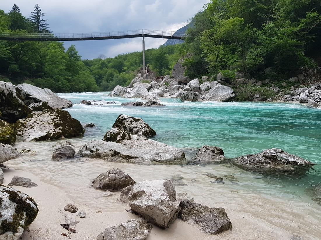 Fluß mit Brücke in Slowenien auf dem Alpe Adria Trail