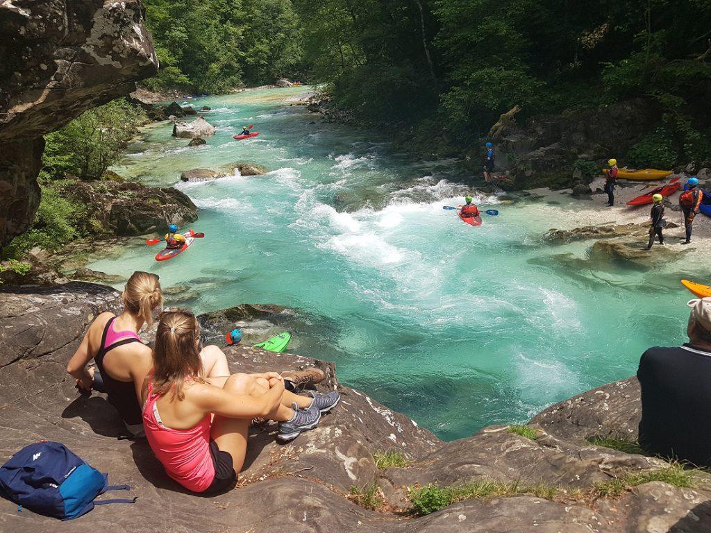 Outdoorsportler an einem Fluß