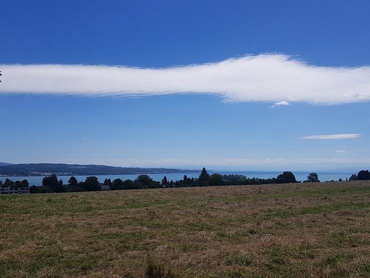 Weiße Wolke bei blauem Himmel über dem Bodensee