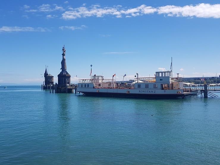 Schiff auf dem Bodensee vor der Statue Imperia
