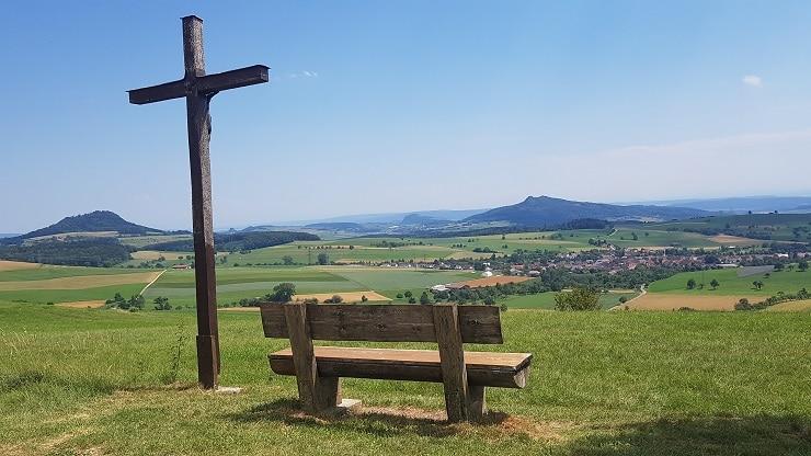 Holzkreuz mit Sitzbank in der Hegaulandschaft