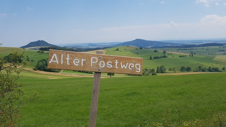Holzschild als Wegmarkierung vom Alten Postweg